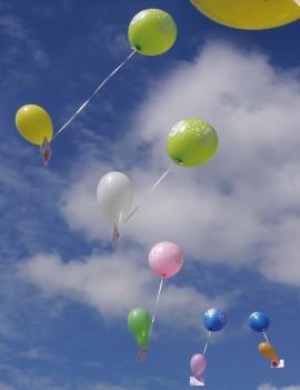 Lâcher de ballons et cartes postales décorées